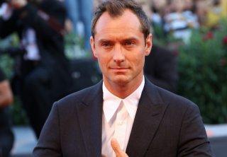 Venezia 2016: uno scatto di Jude Law sul red carpet di The Young Pope
