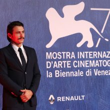 Venezia 2016:  uno scatto di James Franco sul tappeto rosso di In Dubious Battle