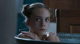Brimstone: Emilia Jones in una scena del film