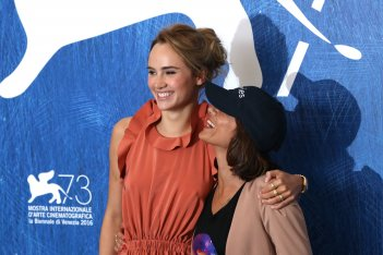 Venezia 2016: Ana Lily Amirpour, Suki Waterhouse al photocall di The Bad Batch
