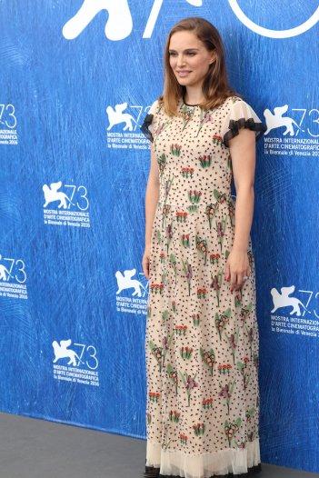 Venezia 2016: Natalie Portman posa al photocall di Jackie
