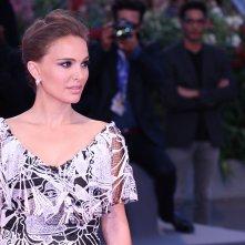 Venezia 2016: uno scatto di Natalie Portman sul red carpet di Jackie