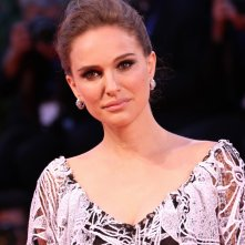 Venezia 2016: Natalie Portman sul red carpet di Jackie