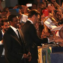 Venezia 2016: Chris Pratt firma autografi sul red carpet de I magnigici 7