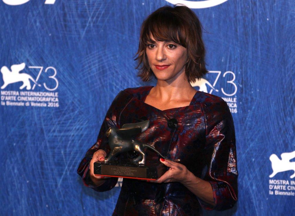 Venezia 2016: Ana Lily Amirpour al photocall dei premiati
