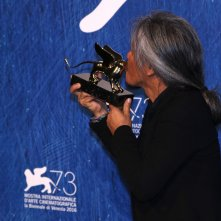 Venezia 2016: Lav Diaz Bacia il leone d'oro al photocall dei premiati