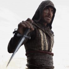 Assassin's Creed: Michael Fassbender impugna un'arma