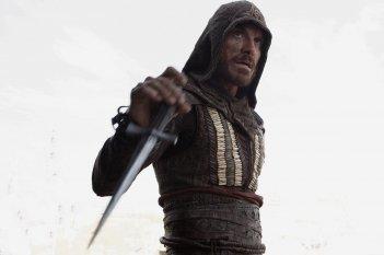 Assassin's Creed: Michael Fassbender impugna un'arma