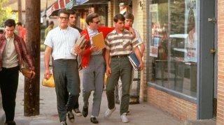 Nato il quattro luglio: Tom Cruise in una scena di gruppo