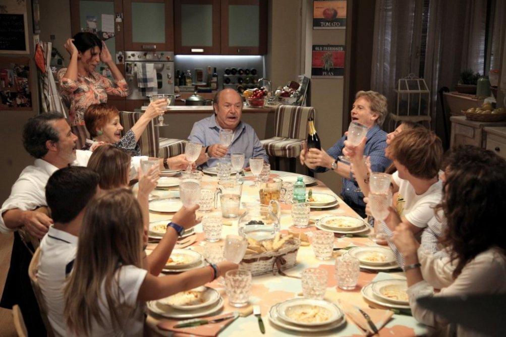 Lino Banfi (al centro) in Un medico in famiglia 10