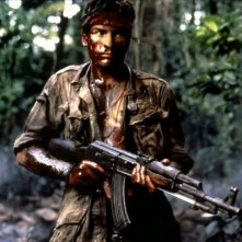 Platoon: Charlie Sheen in una scena del film