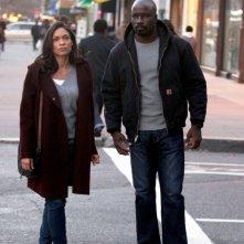 Luke Cage: Mike Colter e Rosario Dawson in una scena della prima stagione
