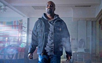 Luke Cage: Mike Colter in una scena della prima stagione