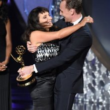 Emmy 2016: Susanne Bier abbraccia Tom Hiddleston in occasione della vittoria di The Night Manager