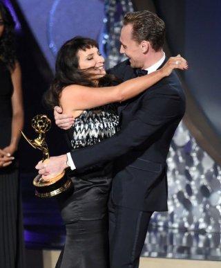 Emmy 2016: Susanne Bier abbraccia Tom Hiddleston in occasione della vittoria di The Night Manager