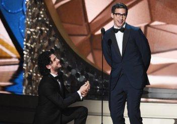 Emmy 2016: Kit Harington scherza con Andy Sandberg