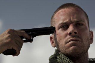 Mine: Armie Hammer si punta la pistola alla tempia