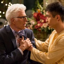 The Good Place: Ted Danson e Manny Jacinto in una foto del pilot