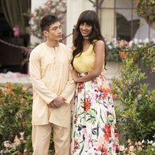 The Good Place: un'immagine di Manny Jacinto e Jameela Jamil
