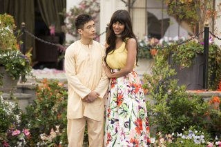 The Good Place: un'immagine di Manny Jacinto e Jameela Jamil