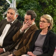 The Big Bang Theory: Judd Hirsch, Kevin Sussman e Christine Baranski nell'episodio The Conjugal Conjecture