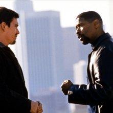 Training Day: Denzel Washington ed Ethan Hawke in un momento del film