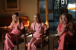 Scream Queens: le attrici Billie Lourd, Abigail Breslin ed Emma Roberts nella puntata Scream Again