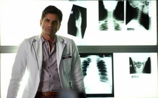 Scream Queens: l'attore John Stamos in Scream Again