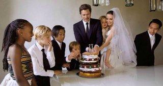 Brad Pitt e Angelina Jolie nel giorno del loro matrimonio, accanto ai figli