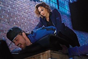 Shades of Blue: Harlee Santos (Jennifer Lopez) compie un arresto