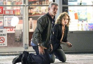 Shades of Blue: Ray Liotta e Jennifer Lopez in una foto della serie