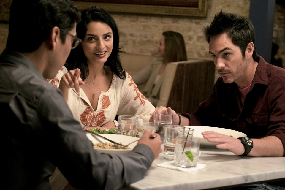 Easy: Raul Castillo, Aislinn Derbez, Mauricio Ochmann in una foto del terzo episodio