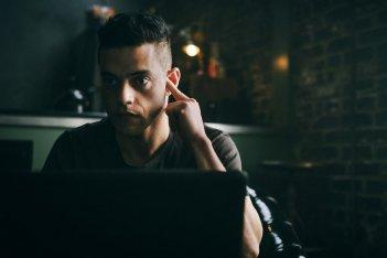 Mr. Robot: Rami Malek in una foto del finale della seconda stagione