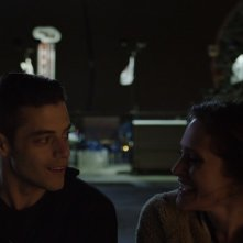 Mr. Robot: Rami Malek e Carly Chaikin nell'episodio eps1.7_wh1ter0se.m4v