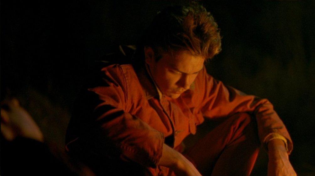 Belli e dannati: un River Phoenix assorto nei propri pensieri in una scena del film