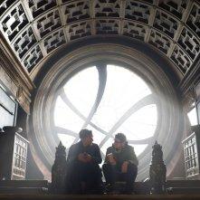 Doctor Strange: Benedict Cumberbatch accanto al regista Scott Derrickson