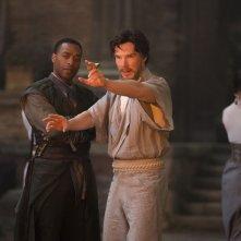 Doctor Strange: un'immagine degli attori Chiwetel Ejiofor e Benedict Cumberbatch