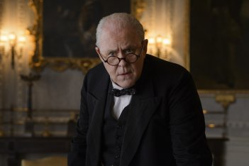 The Crown: John Lithgow interpreta Winston Churchill