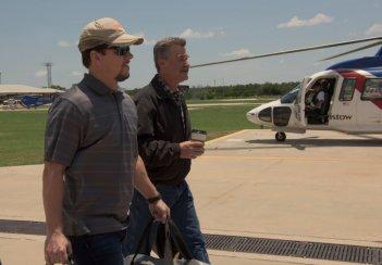 Deepwater Horizon: Mark Wahlberg  e Kurt Russell in una scena del film