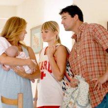 Friday Night Lights: il Coach Taylor con la sua famiglia in una scena