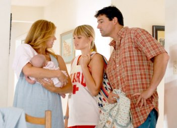 Friday Night Lights: il Coach Taylor con la sua famiglia in una scena