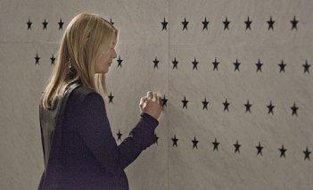 Homeland: Claire Danes interpreta Carrie in una foto della serie