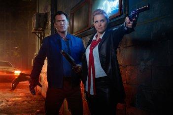 Ash vs Evil Dead: Bruce Campbell e Lucy Lawless in una foto della seconda stagione