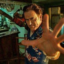 Ash vs Evil Dead: Bruce Campbell in una foto dell'episodio Home