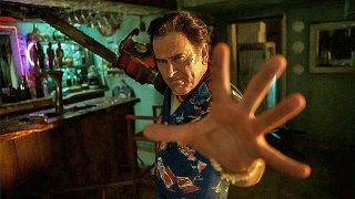 Ash vs Evil Dead: Bruce Campbell in una foto dell'episodio Home