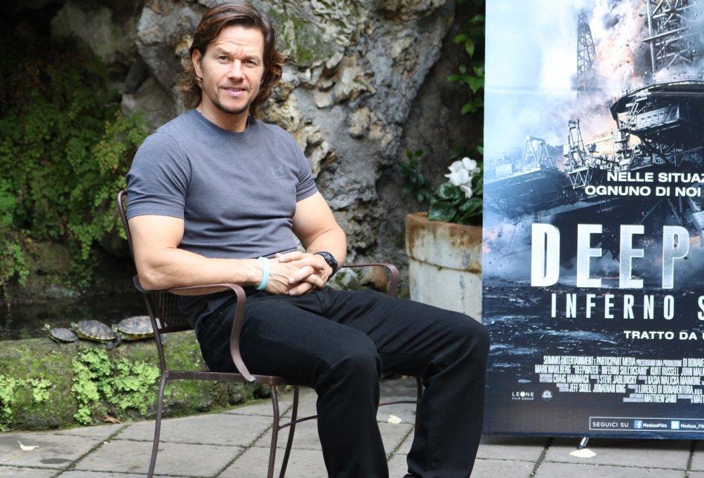 Deepwater: Mark Wahlberg posa seduto al photocall