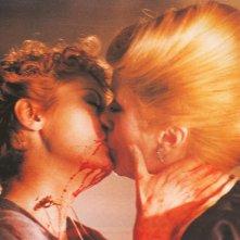 Miriam si sveglia a mezzanotte: Susan Sarandon e Catherine Deneuve in una scena del film