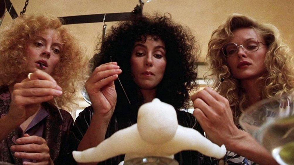 Le streghe di Eastwick: Susan Sarandon, Cher e Michelle Pfeiffer in una scena del film