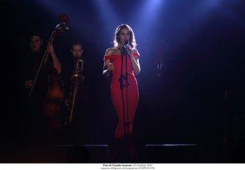 Qualcosa di nuovo: Paola Cortellesi canta su un palco in una scena del film