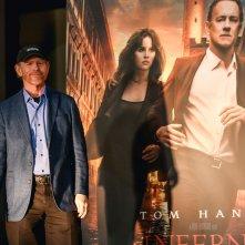 Inferno: Ron Howard a Firenze vicino al manifesto del film